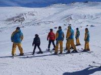 Genç yükümlülerle temel kayak eğitimi