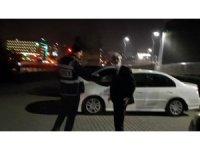 Alkollü sürücü aracını bağlatmamak için kaputa oturup polislere direndi