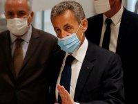 Sarkozy'e yolsuzluktan hapis cezası