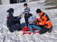 Jandarma çocuklara güvenlik tedbirlerini anlatıyor