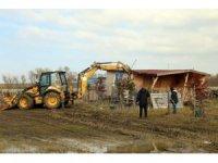 Büyükçekmece'de içme suyu havzasına yapılan kaçak yapılar yıkıldı