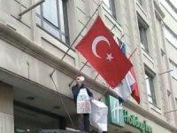 İstanbul'un göbeğinde ilginç olay: Otel girişine tırmanıp megafonla etrafa seslendi
