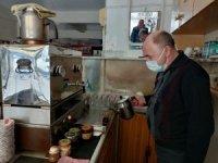 Gönen'de kahvehaneler esnafa çay servisine başladı