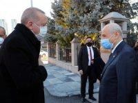 Cumhurbaşkanı Recep Tayyip Erdoğan, MHP Genel Başkanı Sayın Devlet Bahçeli'yi evinde ziyaret etti. Cumhurbaşkanı Erdoğan, Bahçeli görüşmesi başladı.