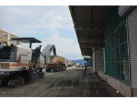 Büyükşehir Belediyesi Tarsus Hal Kompleksinin asfaltını yeniliyor