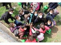 Mardin'de öğrenciler okul bahçesine fidan dikti
