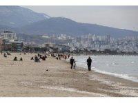 Kısıtlamasız ilk cumartesi gününde vatandaşlar sahile akın etti