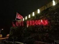 """Nevşehir'de tarihi kalenin duvarlarına """"Love Erdoğan"""" görseli yansıtıldı"""