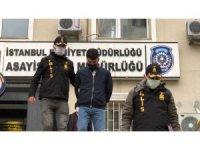 """""""Polisiz"""" diyerek girdikleri evden 42 bin 500 lira çalan hırsızlar kamerada"""