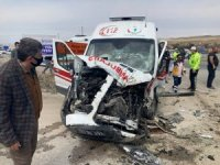 Yaralıları taşıyan ambulans, beton mikserine çaptı: 3'ü sağlıkçı 5 yaralı