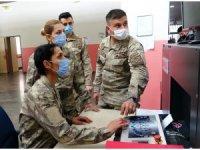 Kahraman güvenlik korucusu kadınlar görev başında