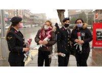 Polis ve jandarmadan kar yağışı altında kadınlara karanfil