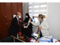 Başkan Özcan, 8 Mart Dünya Kadınlar Gününde karanfil dağıttı