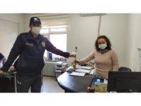 Osmaneli polisi Kadınlar Günü dolayısıyla karanfil dağıttı