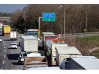 Devrilen tır TEM bağlantı yolunu trafiğe kapattı: 1 yaralı