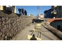 Safranbolu'da iki otomobil çarpıştı, biri 2 metreden aşağıya düştü: 2 yaralı