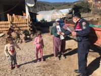 Jandarma kadınlara karanfil dağıttı