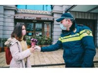Gürcistan'da polis kadın sürücülere çiçek dağıttı