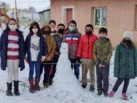 Öğrenciler okul bahçesinde karın keyfini kartopu oynayarak yaşadı