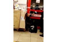 Marketten hırsızlık yapan kadınlar, yakalanınca ortalığı birbirine kattı
