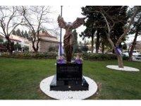 """Selçuk'ta """"Kadın İnsanlığın Kanatlarıdır"""" heykeli ziyarete açıldı"""