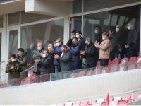 Sivassporlu yöneticiler, takımı ayakta alkışladı