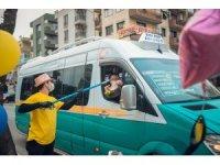 İftar saatine trafikte yakalananlara sosyal mesafeli kumanya dağıtımı