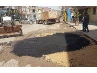 Gölbaşı Belediyesi bozulan yolları onarıyor