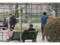 Kısıtlama yokmuş gibi parklarda kalabalık gruplar oluşturdular