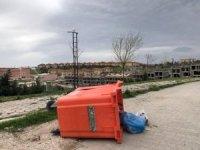 Konteynırları deviren şiddetli rüzgar vatandaşlara zor anlar yaşattı