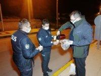 Doktordan uygulama yapan polislere çay ve kek ikramı