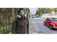 Tedbiri abarttı, vaka sayısı artınca dışarı gaz maskesiyle çıktı