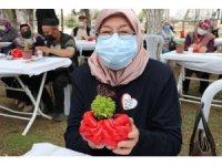 Şehit aileleri, ellerinin kalıbıyla yapılan saksılara çiçek dikip çocuklarının ismini verdi