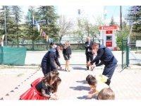 Kırıkkale'de zabıta ekipleri miniklerin '23 Nisan' gösterisine eşlik etti