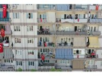Gezici tırlarla 23 Nisan bayram coşkusu balkonlardan ve pencerelerden yaşandı
