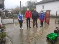 Gençlerden yoksul evlere erzak yardımı