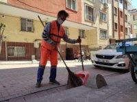 Zeytinburnu'nda bir temizlik görevlisi bina yıkılmadan önce çevredekileri uzaklaştırmış