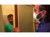 Kumar baskınında ilginç saklanma yöntemi: Odanın köşesine götürdüğü mutfak kapısının arkasında yakalandı