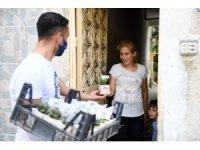 Mersin'de 'Anneler Günü'nde 10 bin çiçek dağıtıldı