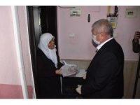 Başkan Sarı'dan halka çat kapı pide ikramı