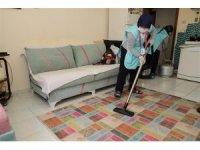 Tek başına yaşayan vatandaşların evleri  temizleniyor