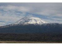 Beyaz örtüyle kaplanan Ağrı Dağı ihtişamıyla büyülüyor
