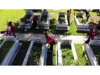 Kızılay gönüllülerinden Amasya şehitliğinde bayram temizliği