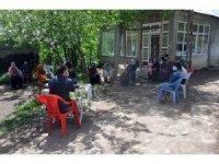 Pandemiden dolayı dernek toplantılarını evinin bahçesinde yapıyor