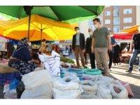 Vali Ünlü, pazar tezgahlarında kalan ürünleri satın alıp ihtiyaç sahiplerine ulaştırdı