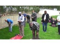 Mezarlıktaki çalışmalar durduruldu, köylüler şükür namazı kıldı