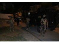 Adana'da sıcak dakikalar... Tartışığı şahıslara pompalı tüfekle ateş açarken sokakta oynayan çocuğu vurdu