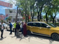 Otomobil ticari taksiye çarptı