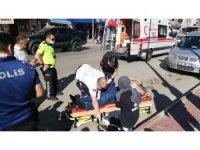 Kendisine otobüs çarpan yaralı ambulansı kaldırıma oturarak bekledi