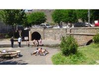 Diyarbakır'da sıcaktan bunalan çocuklar tehlikeye rağmen süs havuzlarını doldurdu